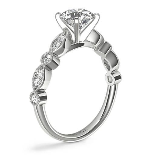 Anillo de compromiso con diamantes y detalles milgrana y marquesa