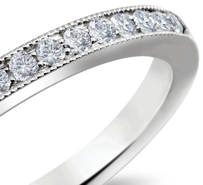 Anillo con diseño milgrain con pequeño pavé de diamantes en oro blanco de 14 k