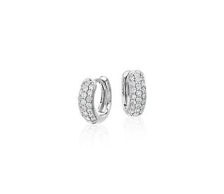 Aretes tipo argolla con minipavé de diamantes en oro blanco de 14 k (1/3 qt. total)