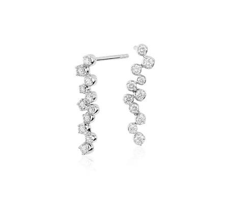 Aretes colgantes de diamantes Cascade de Monique Lhuillier en oro blanco de 18 k (1/2 qt. total)