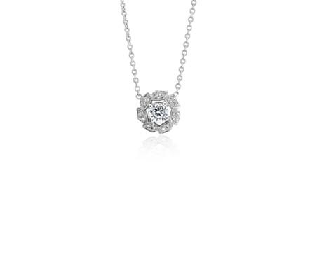 Colgante con halo de diamantes y motivo floral de Monique Lhuillier en oro blanco de 18 k (1/3 qt. total)