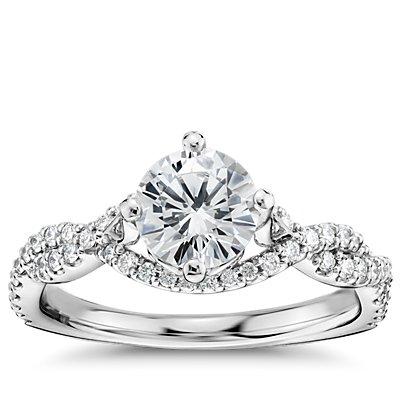 Anillo de compromiso de diamantes torcido este-oeste de Monique Lhuillier en platino