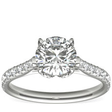 Anillo de compromiso tipo catedral con forma de pétalo y pavé de diamantes de Monique Lhuillier en platino (1/2 qt. total)