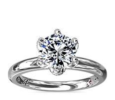 Anillo de compromiso con solitario y pétalos con detalles de diamantes de Monique Lhuillier en platino