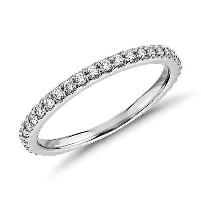 Anillo festoneado con pavé de diamantes de Monique Lhuillier en platino (1/3 qt. total)