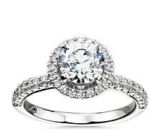 Anillo de compromiso atemporal con diamante y halos superpuestos de Monique Lhuillier en platino