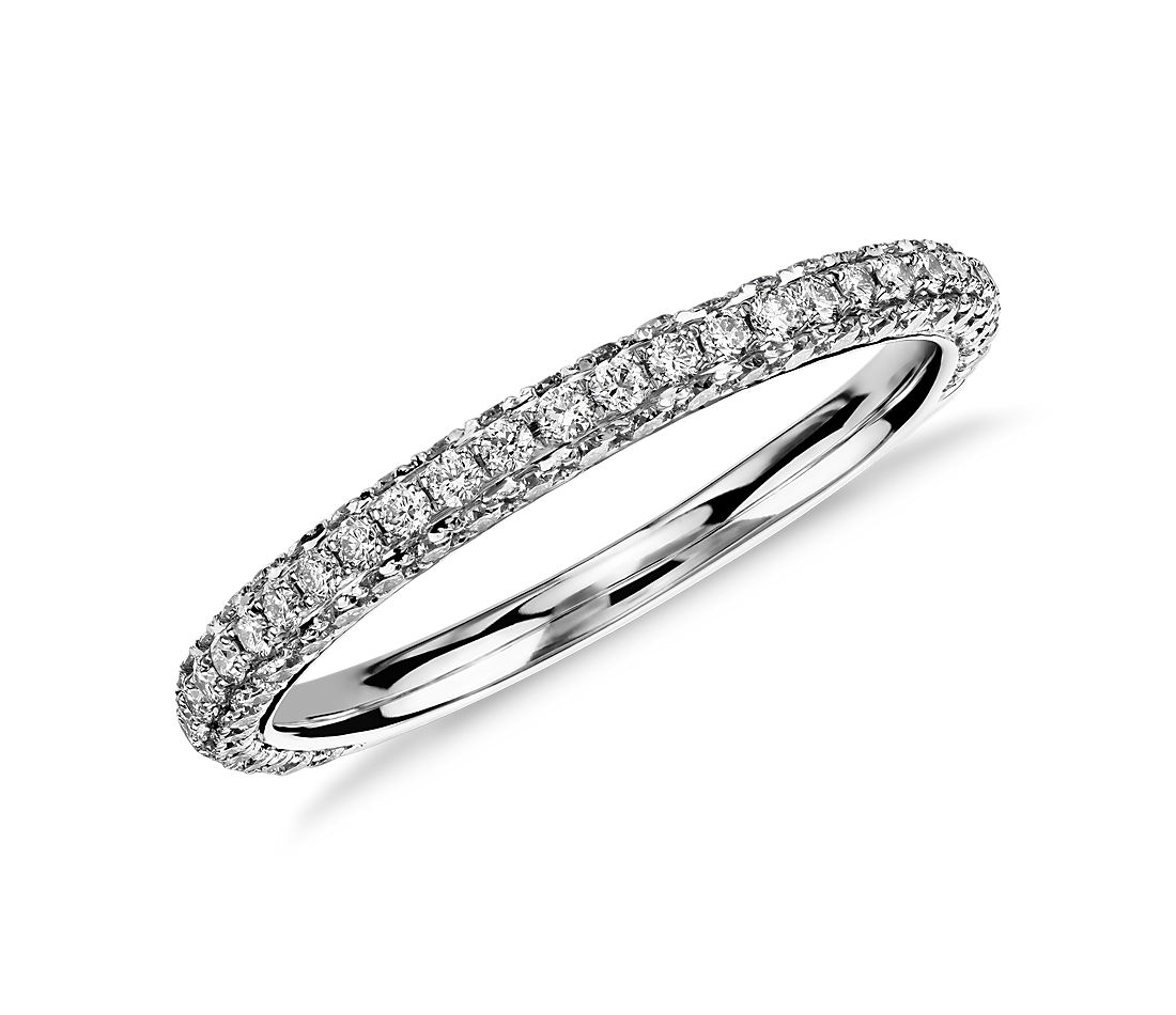 Anillo de diamantes con triple micropavé de Monique Lhuillier en platino