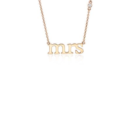 14k 玫瑰金 「Mrs.」字樣項鍊與鑽石細節
