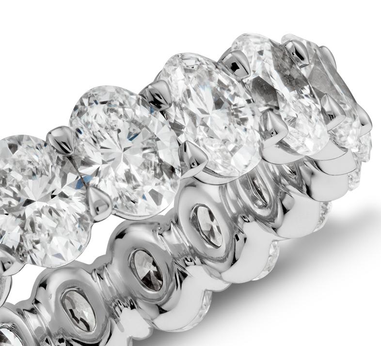 Anillo de eternidad con diamantes ovalados en platino (4 qt. total)