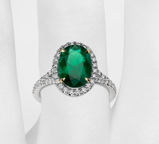 Anillo con micropavé de diamantes y esmeralda en platino