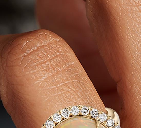 Bague cercle fendu halo diamant et opale en or jaune 18carats (8,20ct au centre)