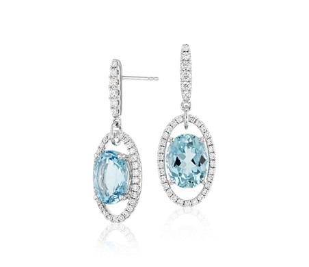 Aretes colgantes de aguamarina ovalada y halo de diamantes en oro blanco de 18 k (10x8mm)
