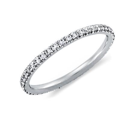 Anillo de eternidad con pavé de diamantes en platino (3/8 qt. total)