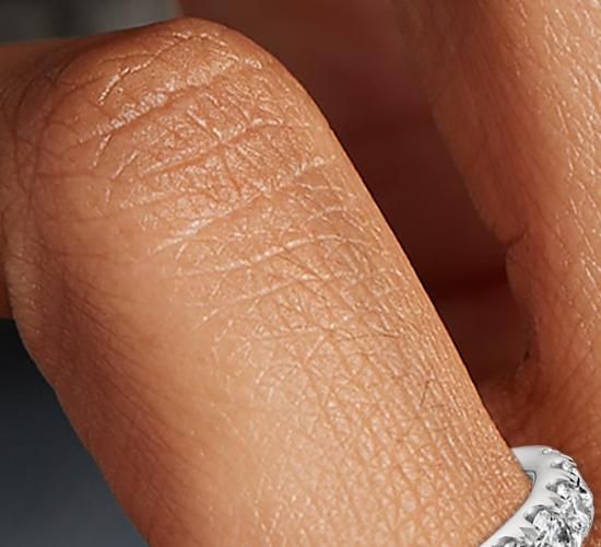 Anillo con pavé de diamantes en platino (1 qt. total)