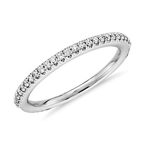 Alianza con pavé de diamantes en oro blanco de 14 k (1/6 qt. total)