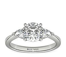 Anillo de compromiso clásico con diamantes con forma de pera en platino (1/2 qt. total)