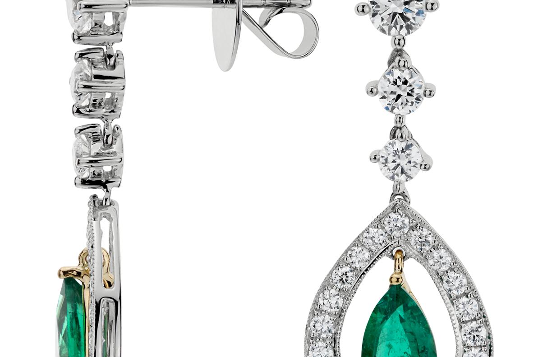 Aretes con esmeralda en forma de pera y pavé de diamantes de halo en oro blanco de 18 k (7x5mm)