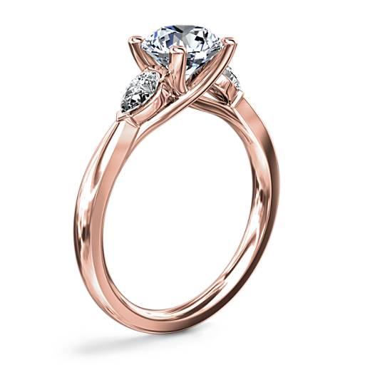 NEW Pear Sidestone 钻石订婚戒指