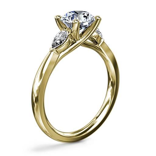 NEW Pear Sidestone 鑽石訂婚戒指