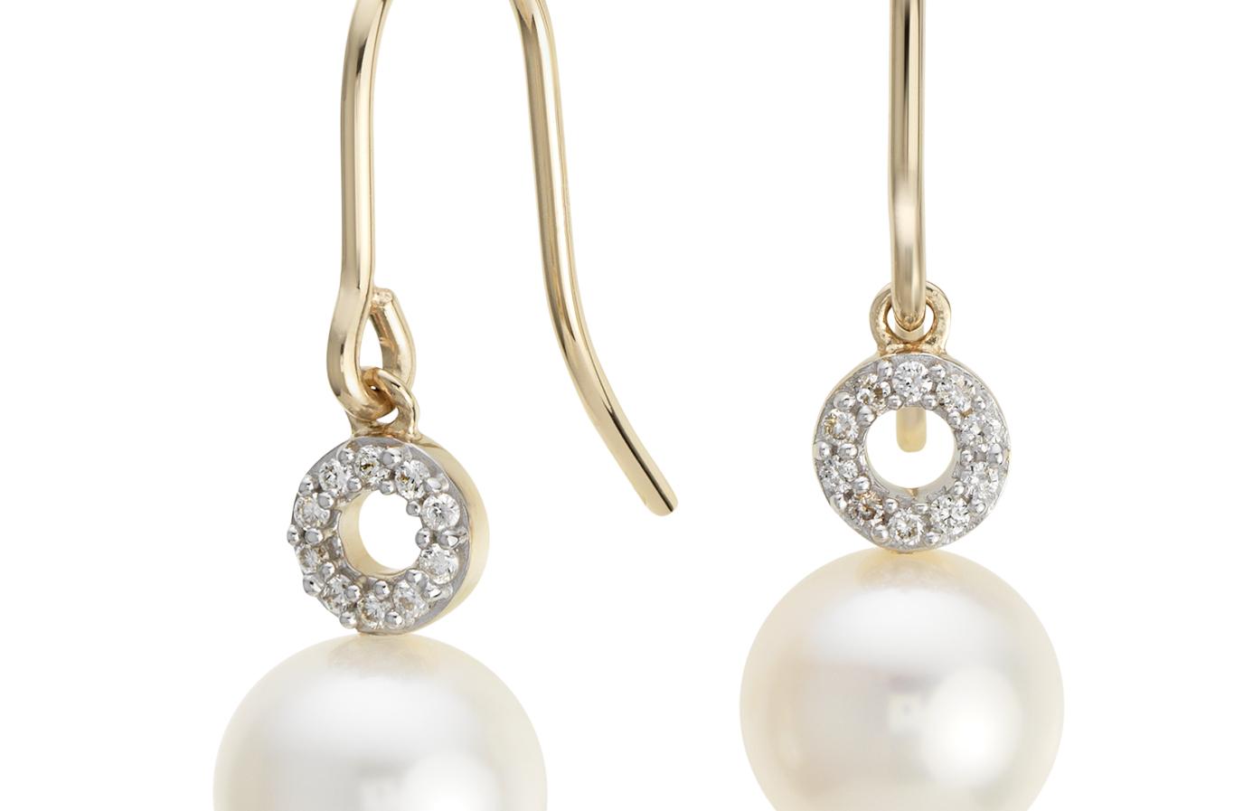 Aretes colgantes circulares de diamantes y perlas cultivadas de agua dulce en oro amarillo de 14k