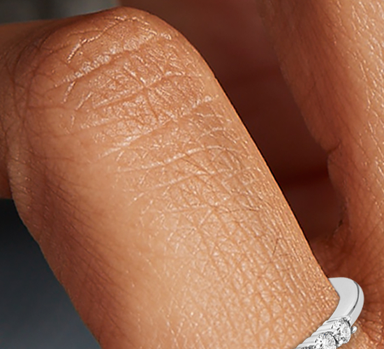 Anillo pequeño de diamantes en oro blanco de 14 k (1/5 qt. total)