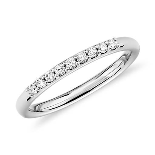 NUEVO. Anillo pequeño de diamantes, en oro blanco de 14 k (1/10 qt. total)
