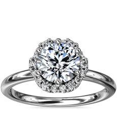 Anillo de compromiso pequeño con halo floral de diamantes en platino (1/10 qt. total)