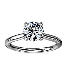 18k 白金小巧隱藏光環單石搭鑽石訂婚戒指