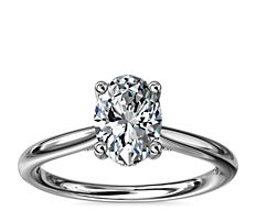 铂金小巧隐藏式光环单石加钻石订婚戒指