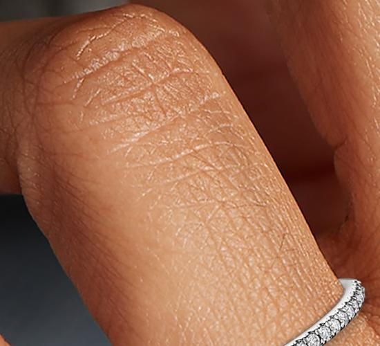 Anillo pequeño con micropavé de diamantes en oro blanco de 14 k (1/10 qt. total)