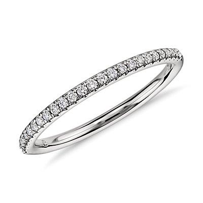 Petite bague de fiançailles en diamants sertis micro-pavé en platine
