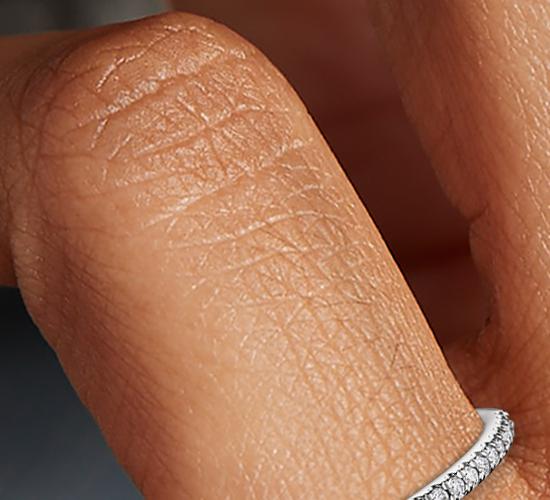 Anillo pequeño con micropavé de diamantes en platino (1/10 qt. total)