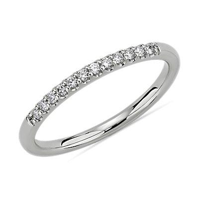 铂金小巧微密钉结婚戒指(1/10 克拉总重量)