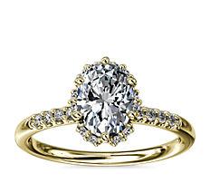 Anillo de compromiso pequeño con micropavé y halo de diamantes oculto en oro amarillo de 14k (1/8 qt. total)