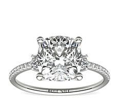 铂金小巧微密钉三重钻石订婚戒指(1/4 克拉总重量)