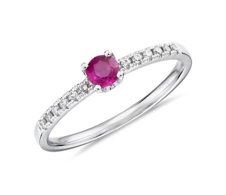 Anillo de diamantes con rubí pequeño en oro blanco de 14 k (3,5mm)