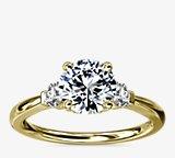 小巧三石钻石订婚戒指