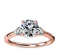 新款 18k 玫瑰金小巧三石钻石订婚戒指