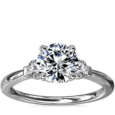 18k 白金小巧三石鑽石訂婚戒指