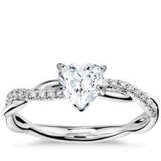 17c95ba86744 Anillos de compromiso con diamantes en forma de corazón
