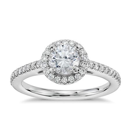 Anillo de compromiso preseleccionado de diamantes de halo clásico de 1/2 quilate en oro blanco de 14 k