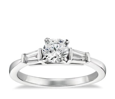 1/2 克拉 14k 白金尖頂長方形鑽石訂婚戒指