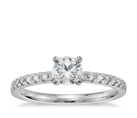 Anillo de compromiso preseleccionado con pequeño pavé de diamantes de 1/2 quilate en platino
