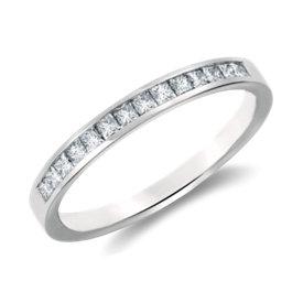 Anillo de diamantes de talla princesa con montura de canal en oro blanco de 14 k (1/3 qt. total)