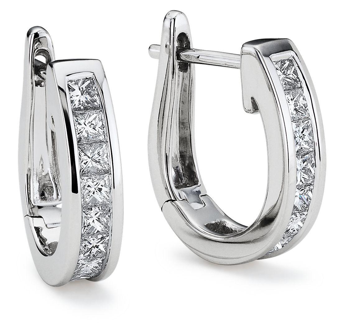 Aretes de diamantes tipo argolla de talla princesa con montura de canal en oro blanco de 18 k