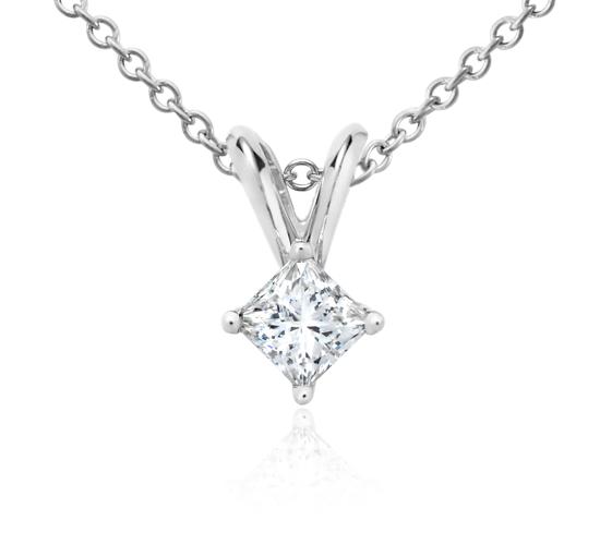 Colgante con diamante solitario de talla princesa en oro blanco de 18 k (1/4 qt. total)