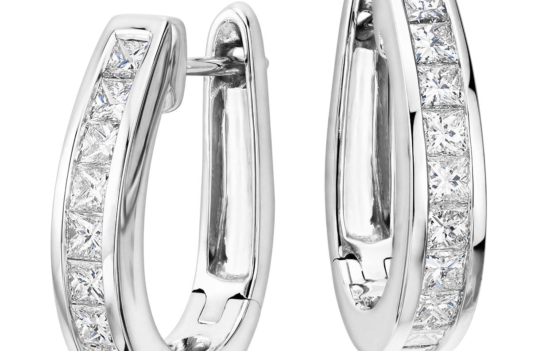 Aretes tipo argolla de diamantes de talla princesa en oro blanco de 18 k (1 1/2 qt. total)