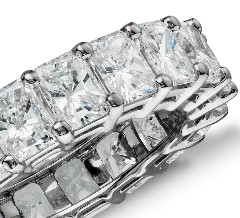 Anillo de eternidad de diamante de talla brillante en platino (6 qt. total)
