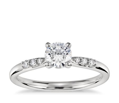 Anillo de compromiso de diamantes pequeños en platino de 1/2 quilate listo para enviar