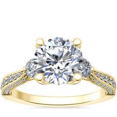 NUEVO. Anillo de compromiso de diamantes de tres piedras y detalle milgrain Realeza, en oro amarillo de 14k (1/2 qt. total)